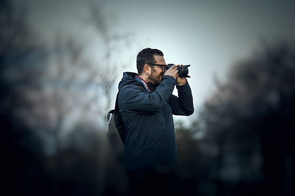 Fotograf mit Kamera beim Fotografieren