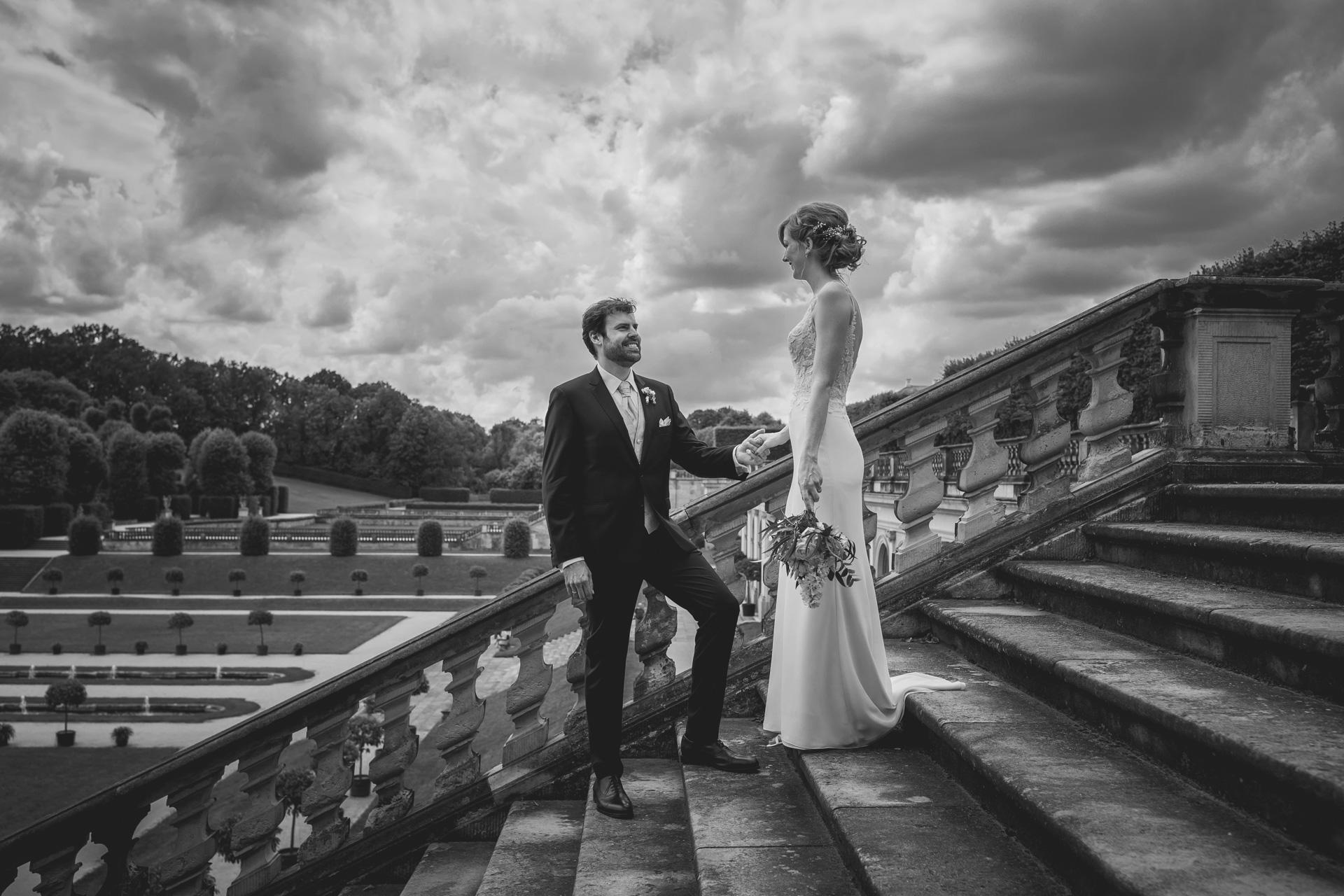 Hochzeitsfotogaf Leipzig - Brautpaar auf einer Treppe im Barockgarten Großsedlitz