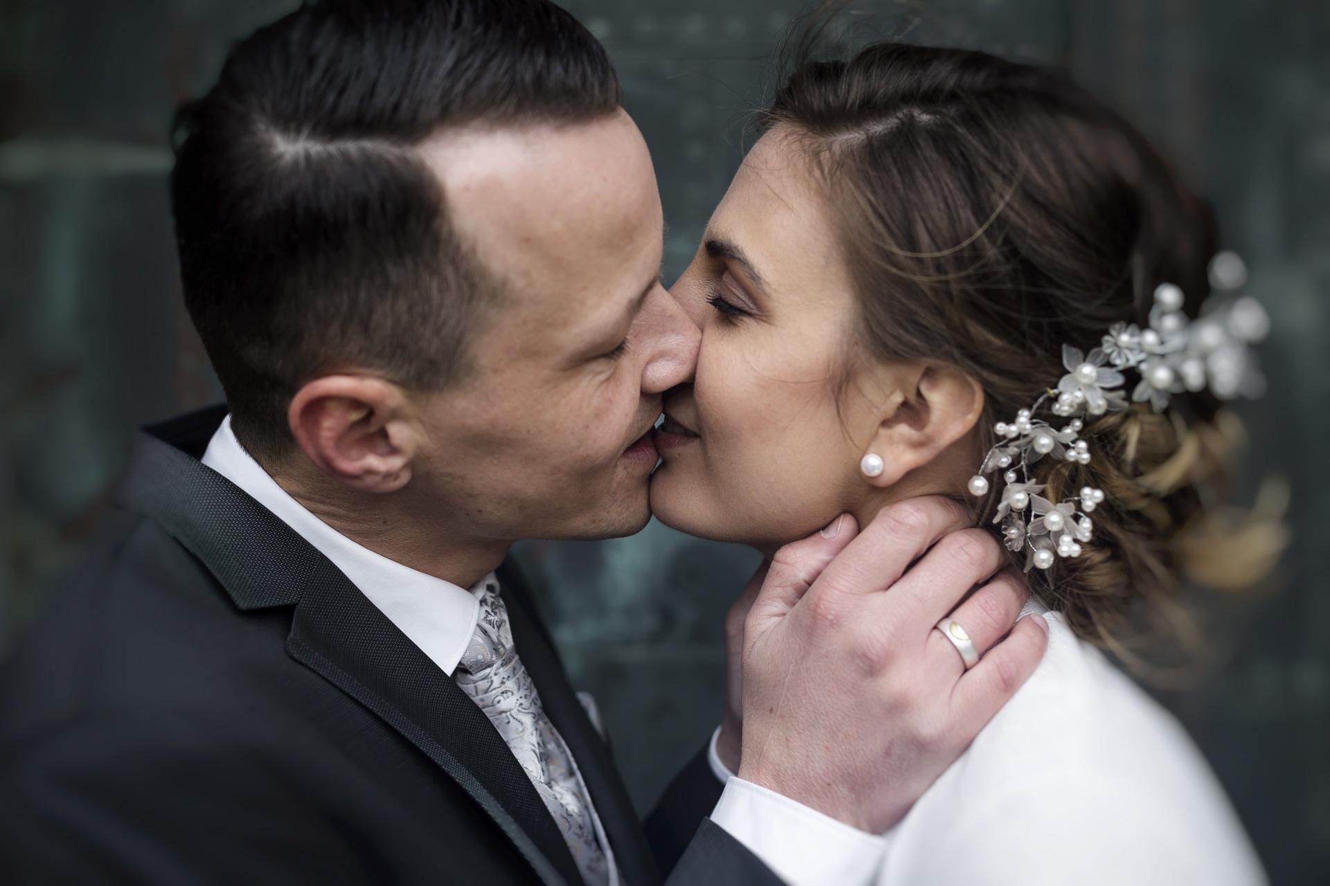 Hochzeitsfotogaf Leipzig - Brautpaar küßend im Portal der Marktkirche