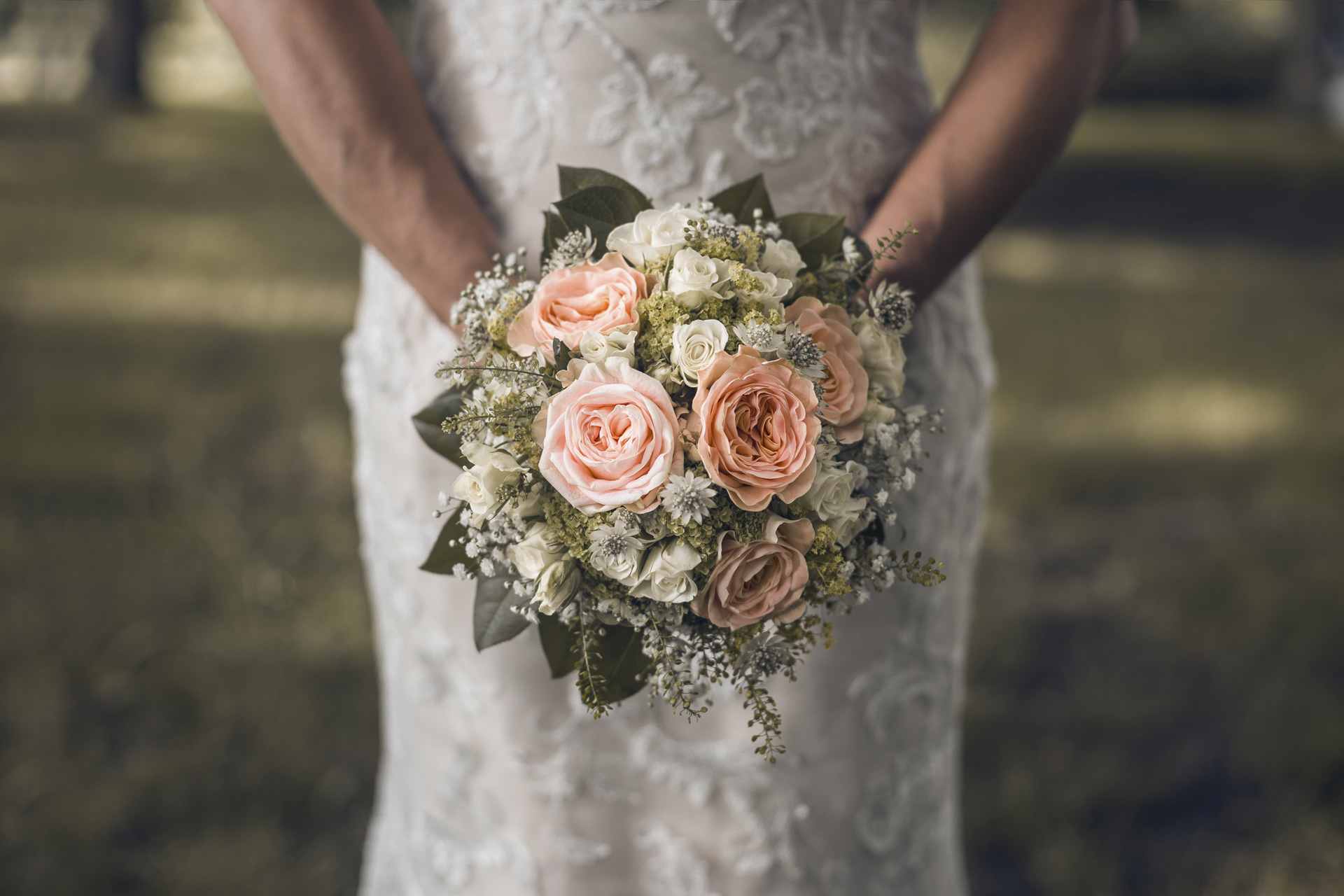 Hochzeitsfotogaf Leipzig - Braut mit Brautstrauß aus Rosen